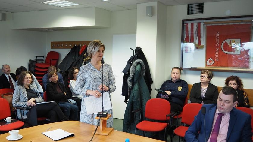 Marta Tokarski, dyrektor OPS w Policach, na sesji rady miejskiej