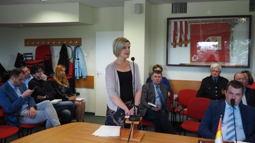 dyrektor OPS w Policach Marta Tokarski na sesji rady miejskiej w kwietniu 2019